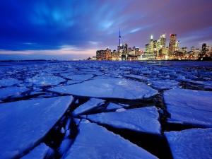 Ciudad junto a una masa de agua helada