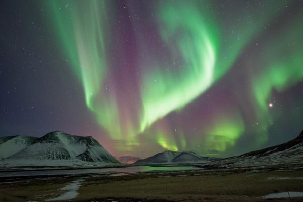 Aurora boreal y estrellas