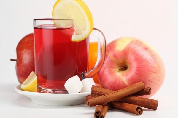 Manzanas junto a una taza de té