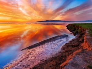 Un hermoso cielo reflejado en el agua