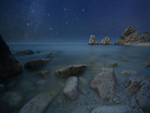 Hermoso cielo estrellado sobre el mar