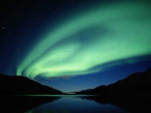 Aurora boreal sobre un lago