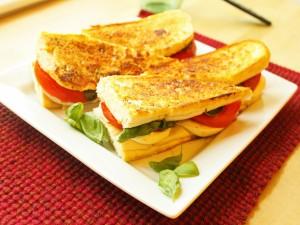 Bocadillos calientes de tomate, mozzarella y albahaca