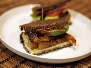 Sándwich vegano en pan de centeno