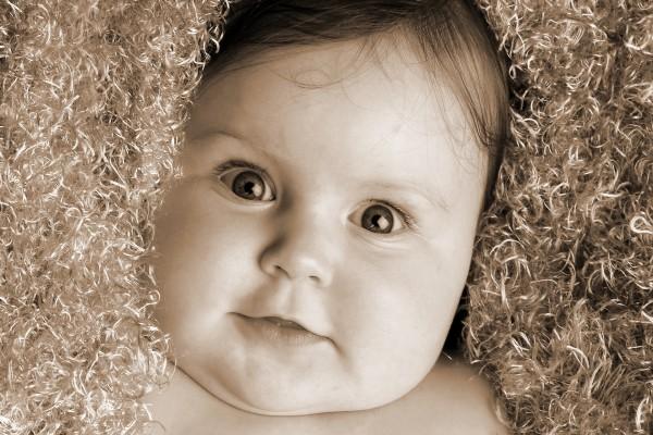 Bebé con grandes ojos