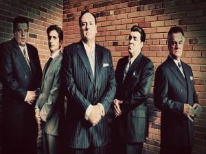 Tony y sus hombres vestidos de traje (Los Soprano)