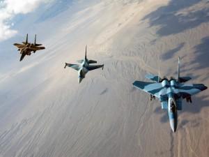 Tres aviones F-16 Fighting Falcon en el aire