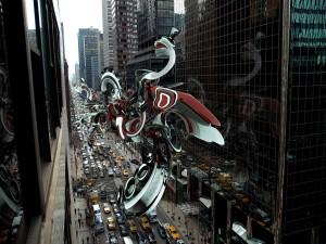 Figura abstracta con textura metalizada levitando sobre una gran ciudad