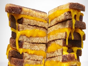Torre de sándwiches de queso cheddar
