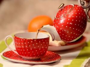 Sirviendo una taza de té