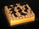 Una tarta cubierta de crema de café y chocolate