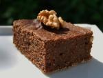 Nuez sobre una porción de brownie