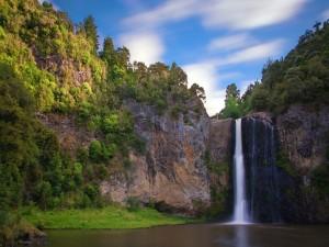 Cascada fluyendo en un hermoso paisaje
