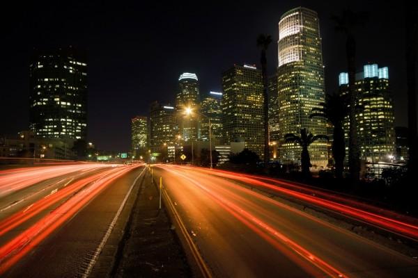Carreteras iluminadas en una ciudad