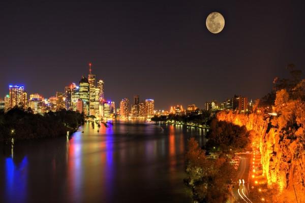 Hermosa luna llena sobre una ciudad