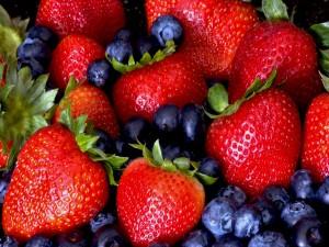 Fresas y arándanos