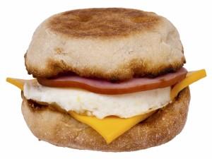 Bocadillo de huevo frito, jamón y cheddar