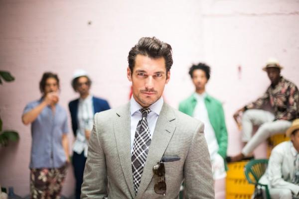 Un guapo modelo vestido con traje y corbata