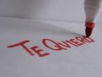 """Escribiendo """"te quiero"""" con un rotulador rojo"""