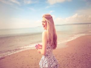 Chica feliz por estar en una playa