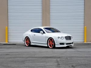Un Bentley blanco con las llantas rojas