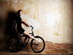 Chica montada en una bici