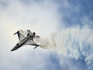 Un F-16 echando humo en el aire
