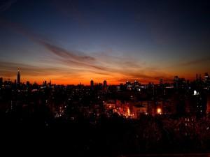 Luces en una ciudad al amanecer
