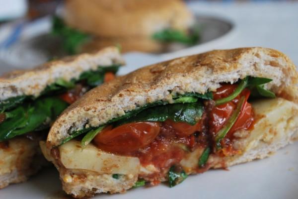 Bocadillo de tomate, queso y espinacas