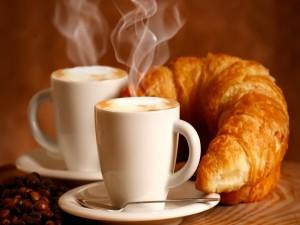 Café humeante y unos cruasanes para el desayuno