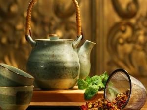Preparando un té con aroma a menta
