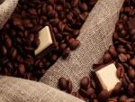 Chocolate entre granos de café