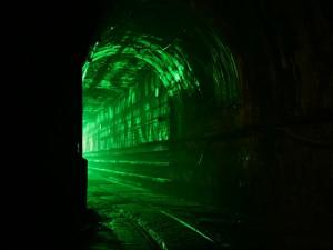 Túnel con una luz resplandeciente de color verde