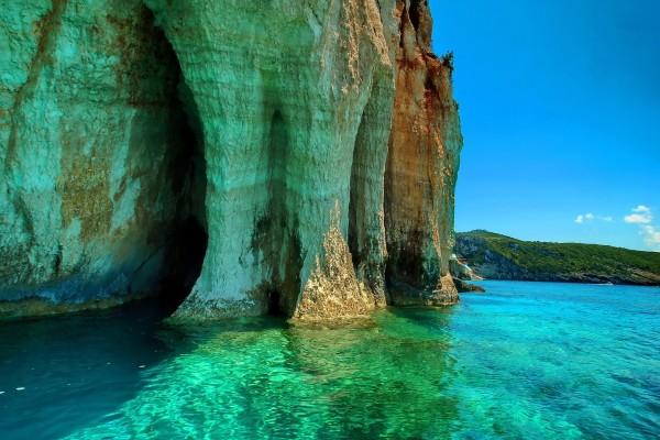 Acantilado erosionado por la fuerza de las olas del mar
