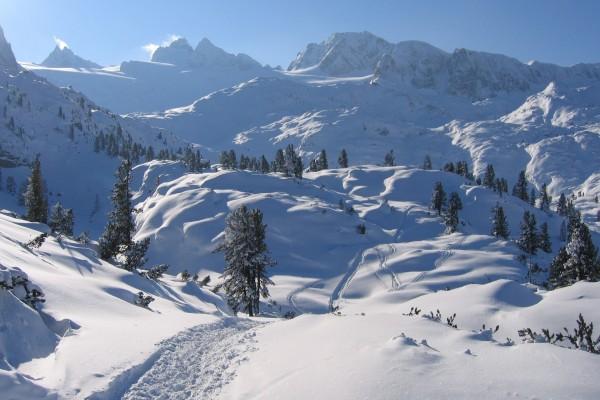 Salzkammergut cubierto de nieve (distrito montañoso de Austria)