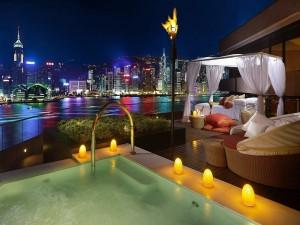 Romántica habitación de hotel con vistas a la ciudad