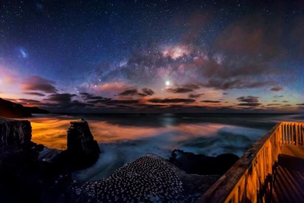 Cielo nocturno sobre Muriwai (Auckland, Nueva Zelanda)