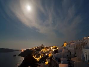 Luna llena sobre Oia (Santorini, Grecia)