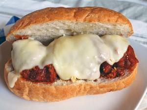 Bocadillo de albóndigas con tomate cubiertas de queso