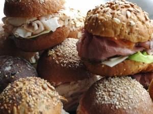 Unos bocadillos variados en ricos panes redondos