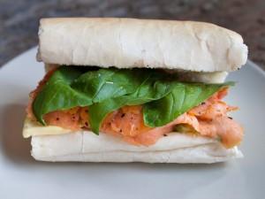 Un rico bocadillo con salmón ahumado