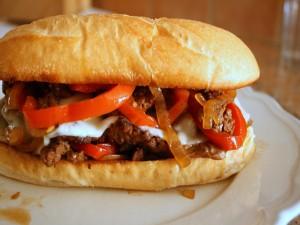 Bocadillo de carne con queso y pimientos