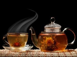 Tetera y taza con té verde