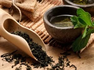 Hojas de té infusionando en un cuenco