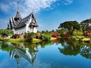 Templo oriental reflejado en el lago