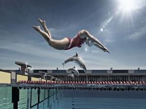 Nadadora lanzándose a una piscina