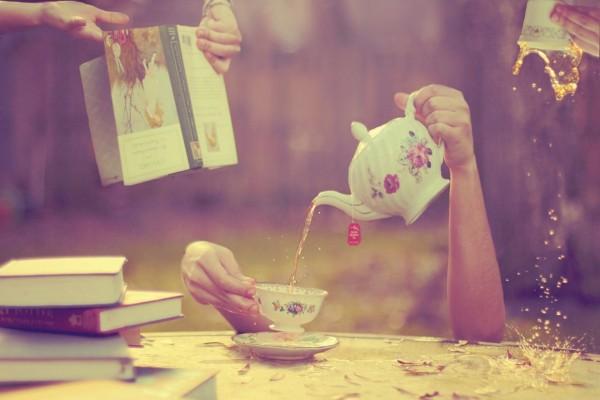 Manos sirviendo una taza de té