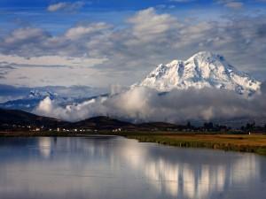 Nubes blancas sobre las montañas