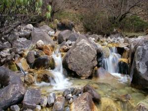 Cauce de un río cubierto de rocas