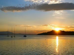 Botes en el mar al amanecer